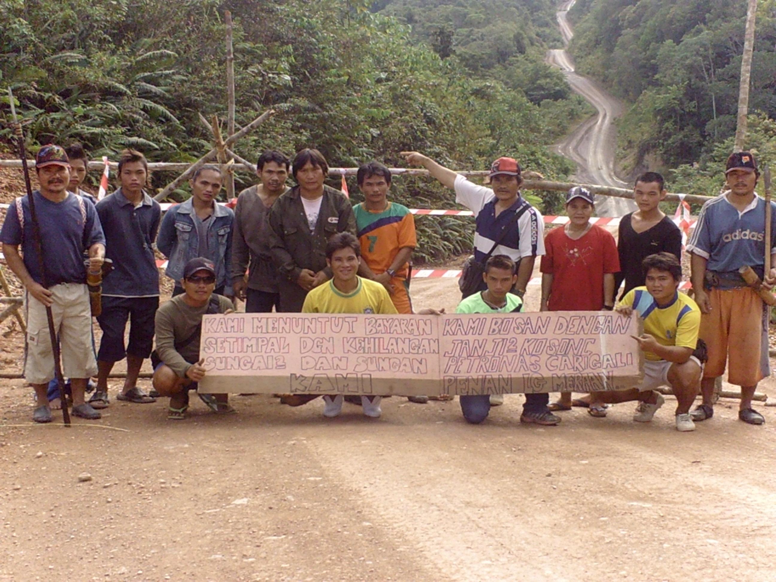 Penduduk Kampung Long Meraan menyekat jalan di jalan utama menghala ke Kg Long Seridan, Ulu Sungai Tutoh, Baram