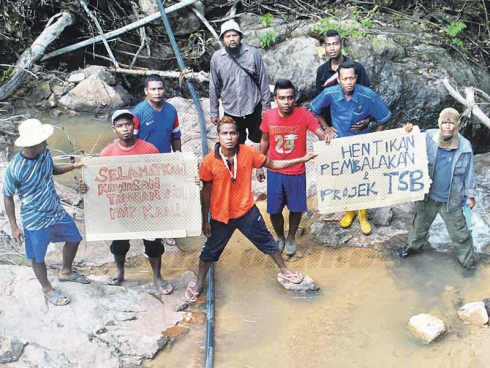 The indigenous community of Kampung Terbol protest against the logging activity near their village | Courtesy of Sinar Harian