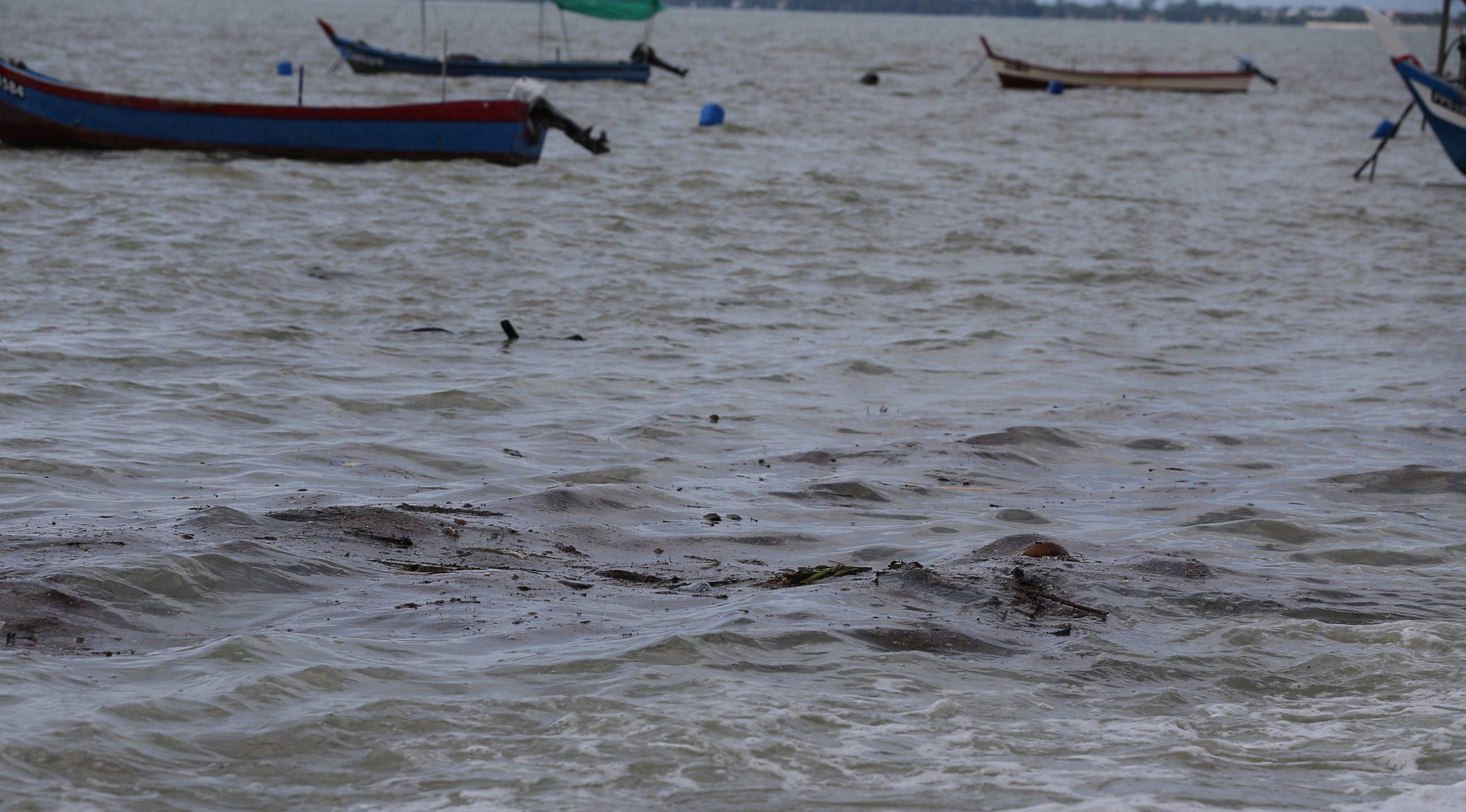 Oil spill in Penang | Sayuti Zainudin, courtesy of Malay Mail