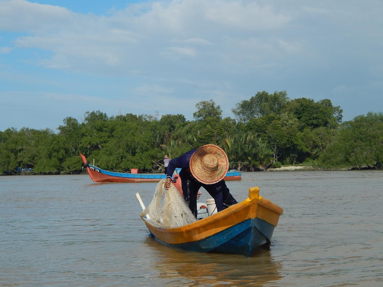 Nelayan yang sedang menjala udang galah | SAM